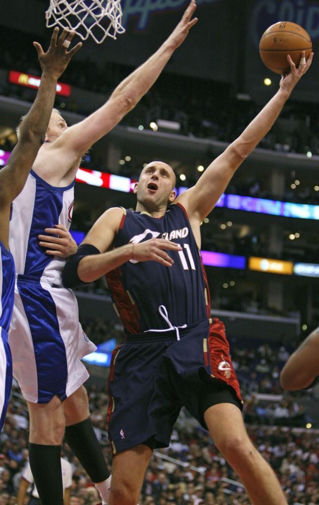 Ilgauskas atacando el aro de los Clippers en la temporada 2007/2008 (Archivo 20minutos).