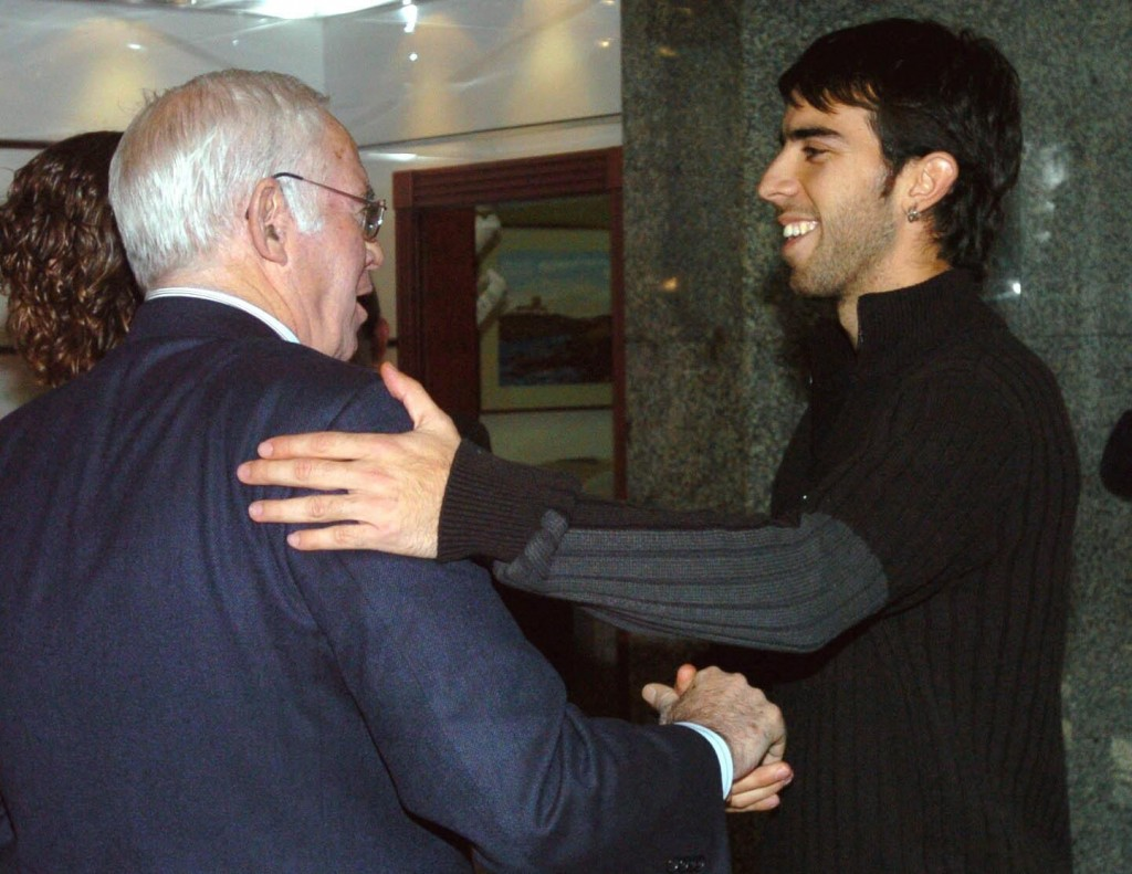 Luis Aragonés saluda a Oleguer en Madrid, en la jornada de convivencia organizada por la selección en diciembre de 2005 (Archivo 20minutos).