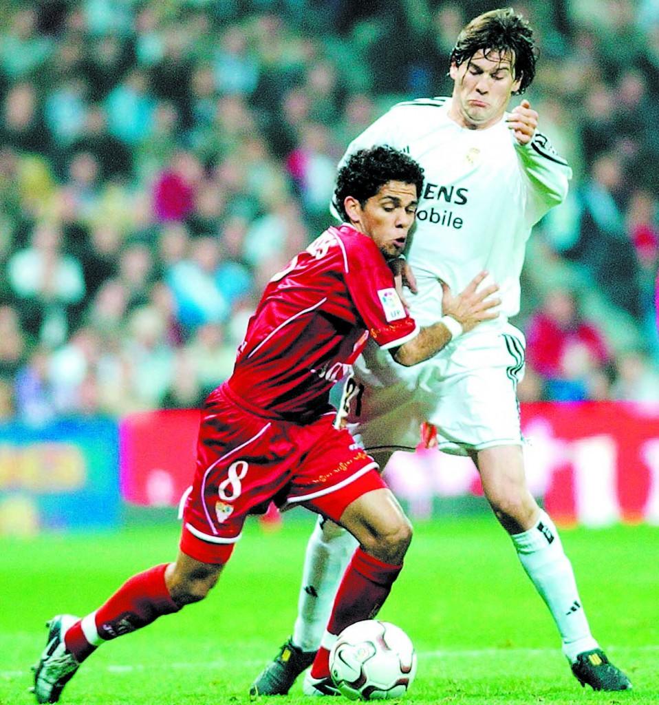Solari, en un partido de Copa contra el Sevilla, peleando un balón con un jugador que seguro adivináis quién es (Archivo 20minutos).