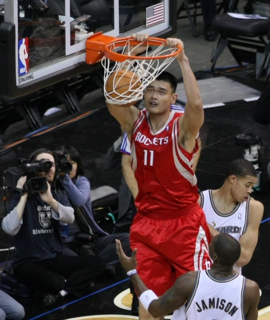 Yao Ming, machacando el aro de los Washington Wizards en 2009 (WIKIPEDIA).