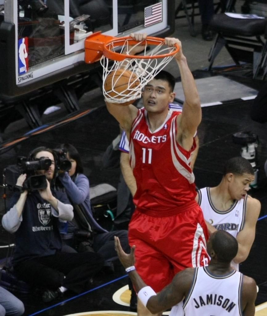 Yao Ming, machacando el aro de los Washington Wizards en 2009 (WIKIPEDIA).