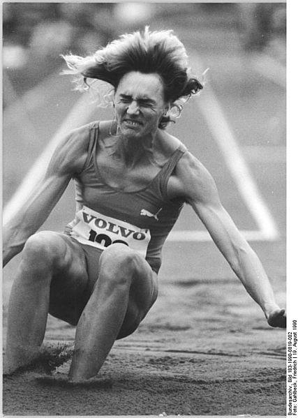 Heike Drechsler, en 1990 compitiendo aún por la RDA (Bundesarchiv / WIKIPEDIA).