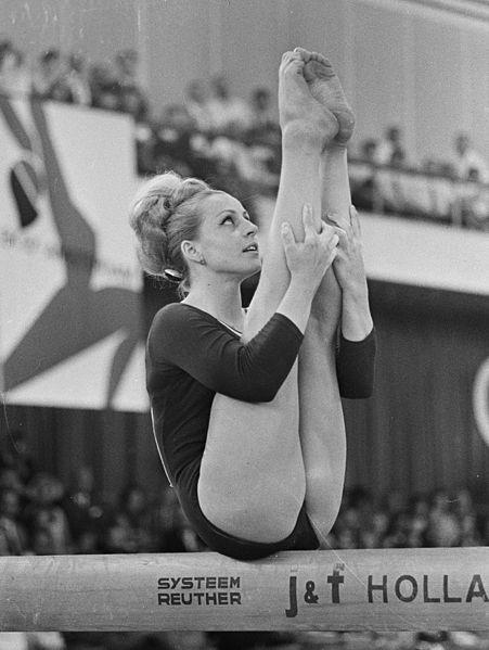 Caslavska, en un ejercicio en 1967 (WIKIPEDIA).