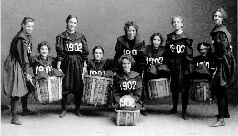 Así posaban las pupilas de Berenson en el equipo de baloncesto del Smith College en 1902 (WIKIPEDIA).