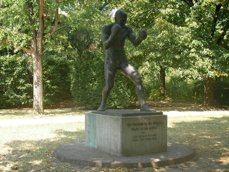 Estatua de Primo Carnera en la localidad de Forlì (WIKIPEDIA).