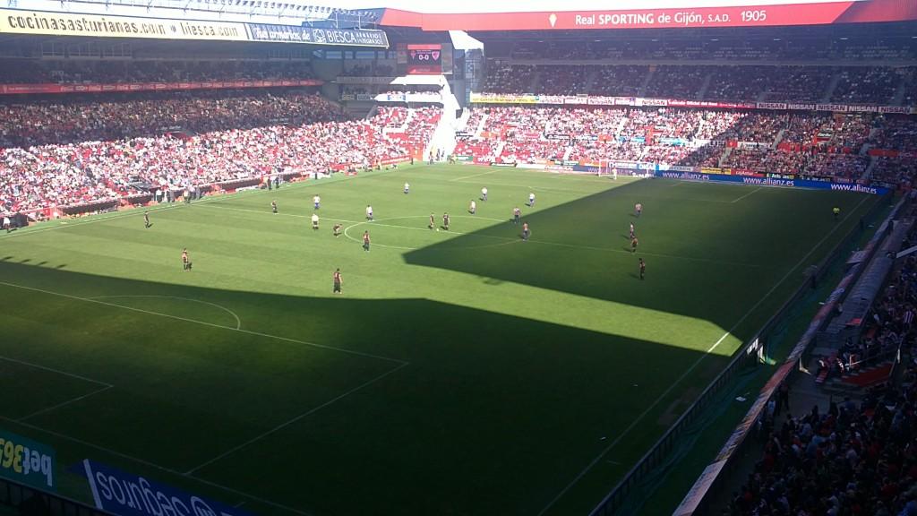 El Molinón, abarrotado en un Sporting-Athletic en octubre de 2011 (WIKIPEDIA).