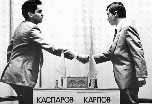 Kasparov y Karpov se saludan antes del campeonato del mundo de 1985 (WIKIPEDIA).