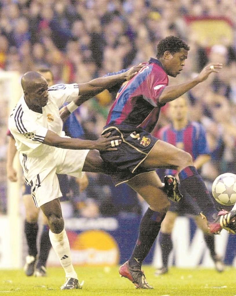 Makélélé, con el barcelonista Kluivert en la vuelta de semis de la Champions de 2002 (Archivo 20minutos).