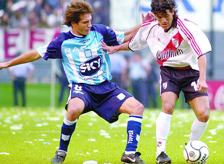 Ortega, con River, pelea un balón con Gustavo Barros Schelotto, de Racing, en el Apertura de 2001 (Archivo 20minutos).