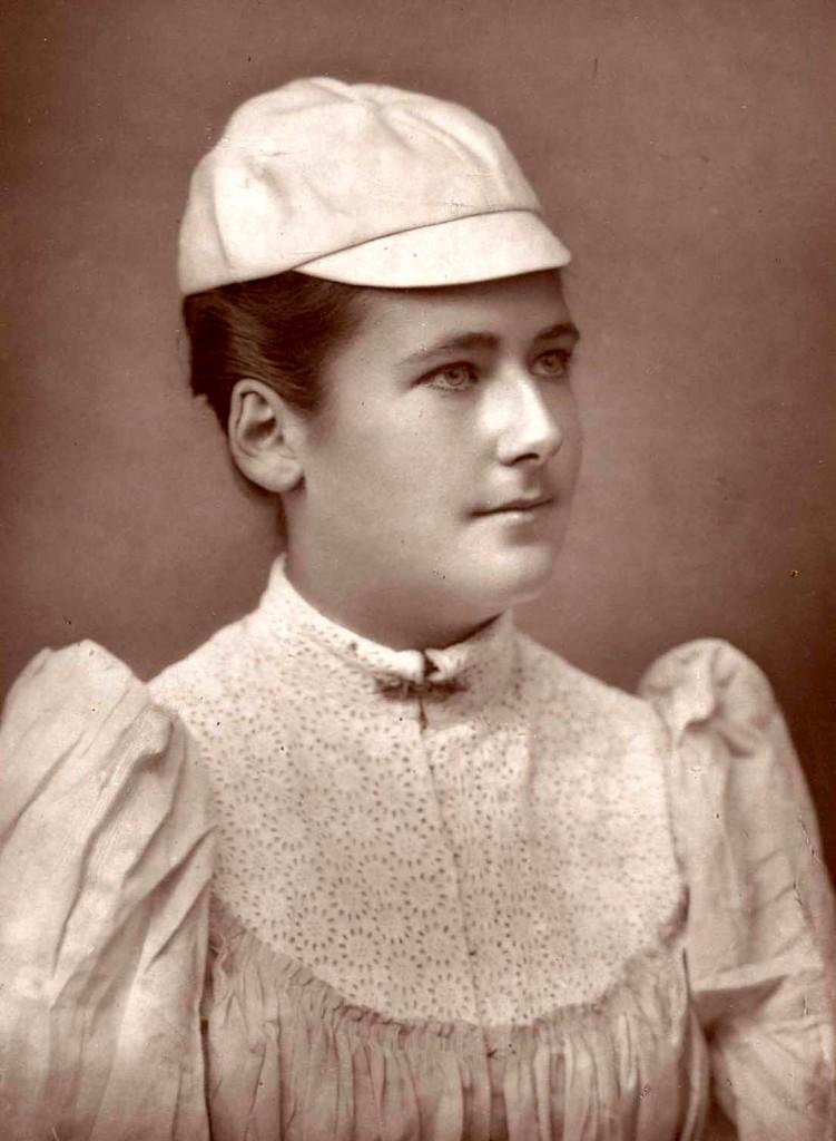 Lottie Dod, en 1891, con 20 años de edad (WIKIPEDIA).