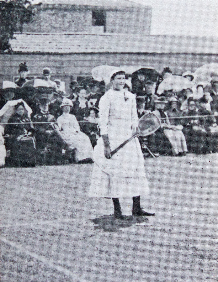 Lottie Dod, en un partido de tenis de fecha desconocida (WIKIPEDIA).