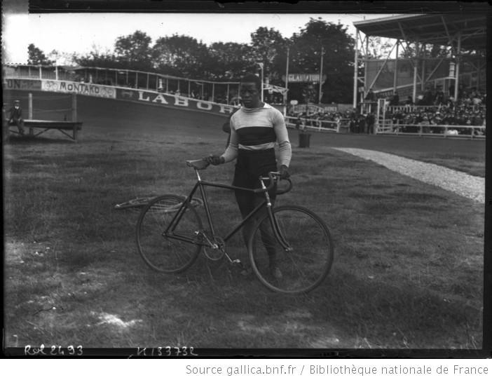 Marshall Taylor, en una competición en París, Francia, en el año 1908 (Biblioteca Nacional de Francia / WIKIPEDIA).