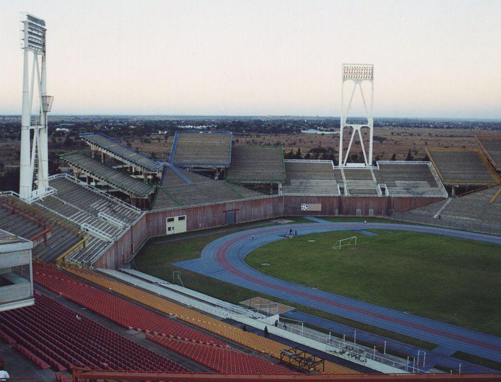 Vista de uno de los fondos del estadio de Mmabatho (WIKIPEDIA).