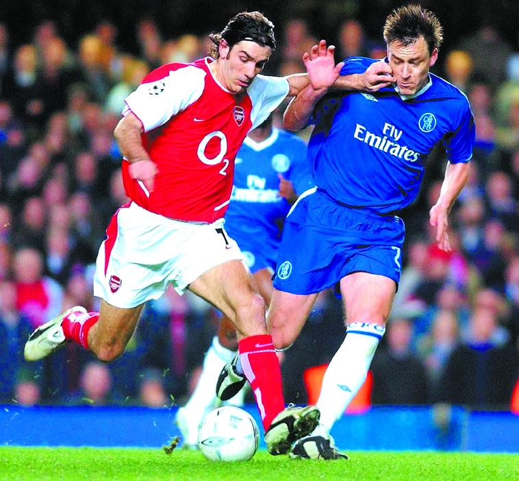 Pirès, en un derbi entre el Arsenal y el Chelsea en marzo de 2004 (Archivo 20minutos).