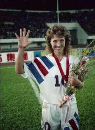 Akers, celebrando una victoria (YOUTUBE).