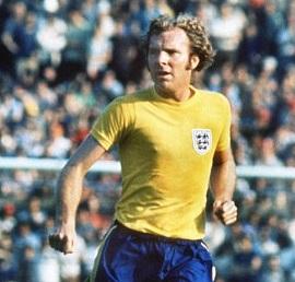 Bobby Moore, de amarillo (Wikimedia Commons).