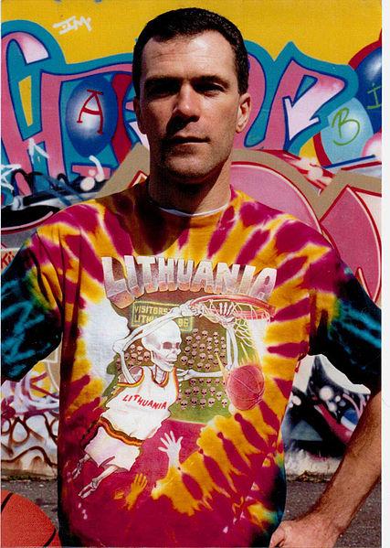 Greg Speirs, el diseñador del logo, junto a la camiseta que creó para Lituania (WIKIPEDIA).