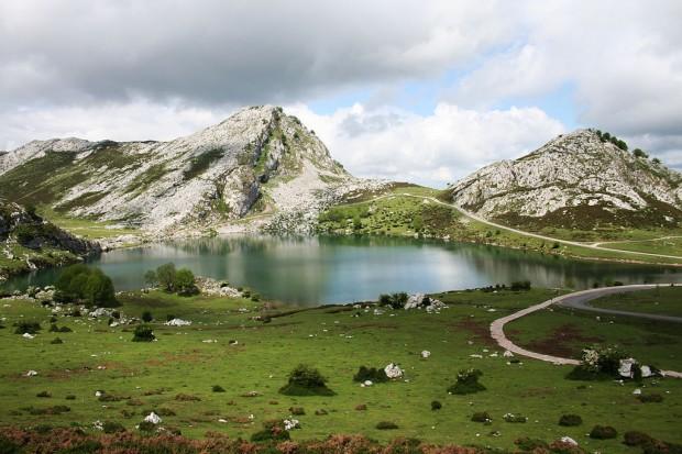 El lago Enol, final de la subida a los Lagos de Covadonga (WKIPEDIA).