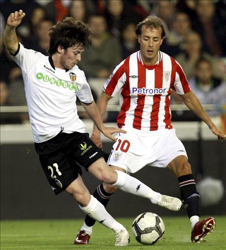 Yeste, junto a David Silva en un partido ante el Valencia en Mestalla (EFE).