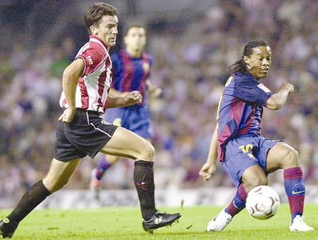 Larrazábal pelea un balón con Ronaldinho en un partido en San Mamés de la temporada 2003/2004 (Archivo 20minutos).