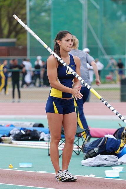 Allison Stokke, en plena competición con su universidad (WIKIMEDIA).