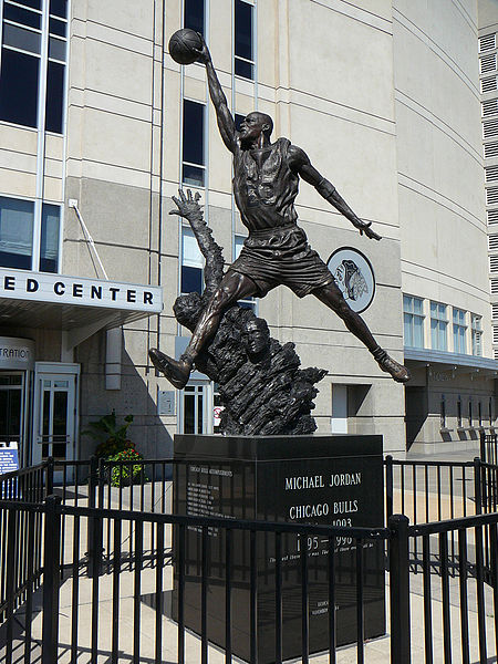 'The Spirit', la estatua dedicada a Jordan en el exterior del United Center (WIKIPEDIA)