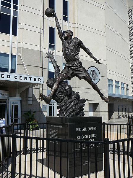 'The Spirit', la estatua dedicada a Jordan en el exterior del United Center (WIKIPEDIA)