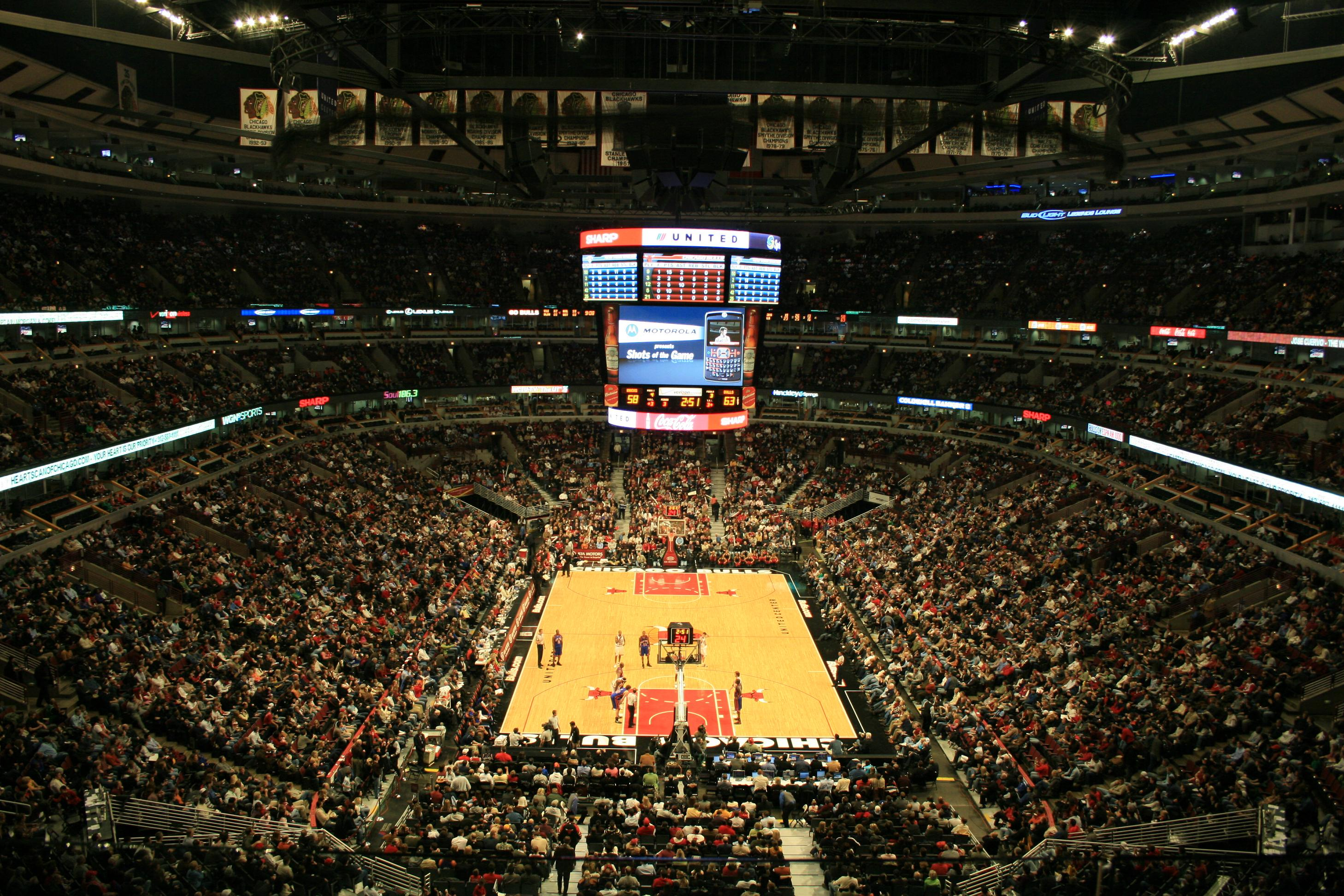 Interior del United Center, en un partido entre los Bulls y los NY Knicks (WIKIPEDIA)
