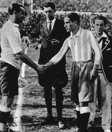 El árbitro belga John Langenus, en el centro, en el saludo inicial de la final del Mundial de 1930 (WIKIPEDIA)