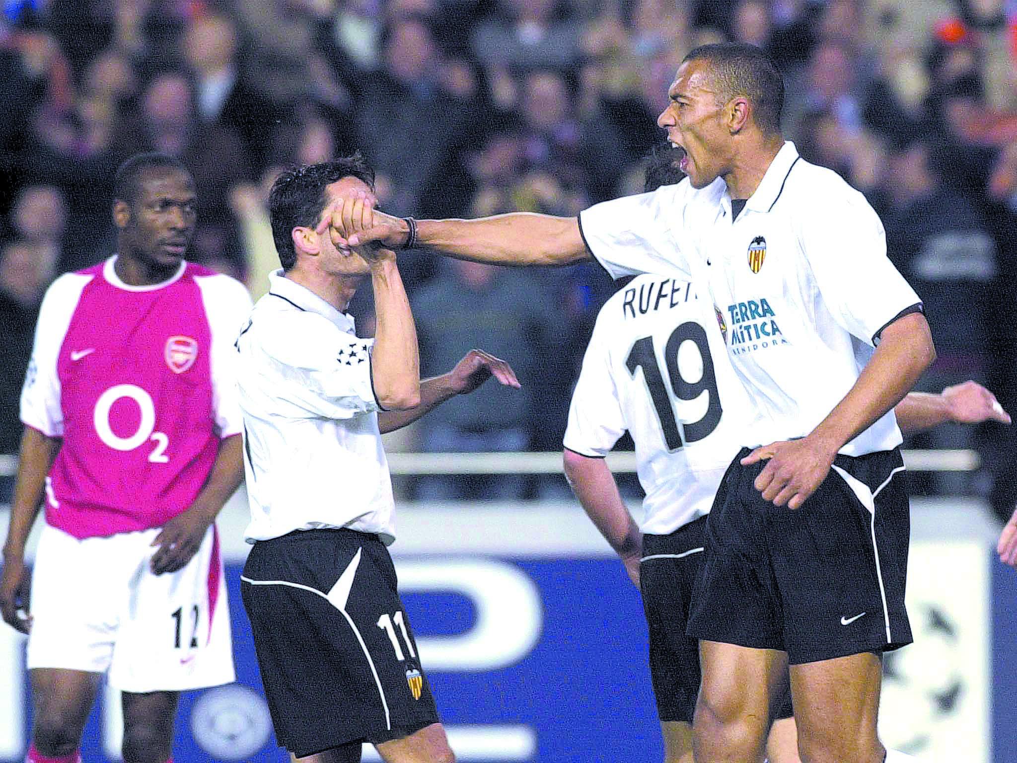 Carew, felicitado por Juan Sánchez tras anotar un gol ante el Arsenal en un partido de Champions en 2003 (ARCHIVO 20MINUTOS).