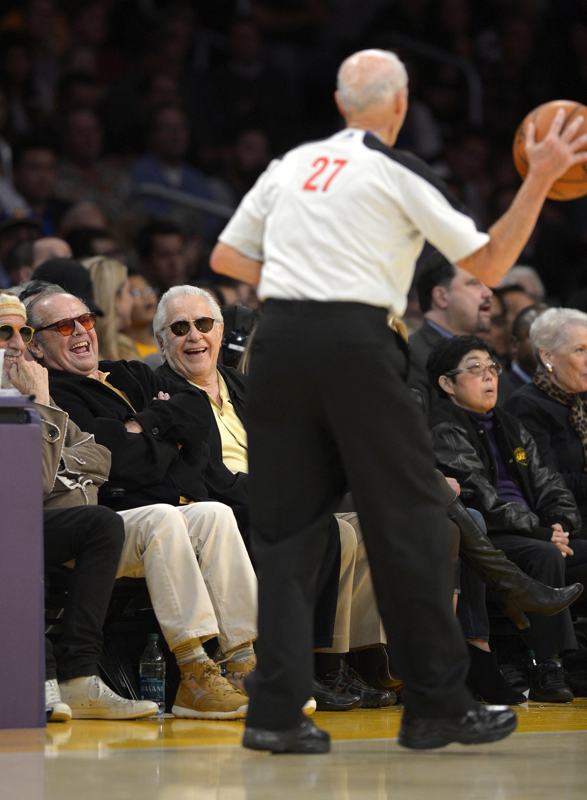 Dick Bavetta, con Jack Nicholson cerca, arbitrando un partido de los Lakers en el Staples Center de Los Angeles en noviembre de 2013 (GTRES).