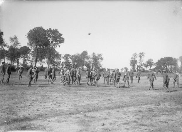 Soldados británicos juegan al fútbol en Bouzincourt, Francia, en septiembre de 1916, en una tregua durante la Batalla del Somme (Imperial War Museum)