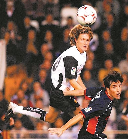 Mista remata de cabeza junto al que hoy es entrenador del Celta, Eduardo Berizzo, en un Valencia-Celta en el año 2003 (Archivo 20Minutos).