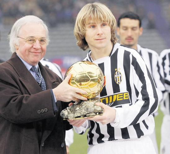 Pavel Nedved muestra el Balón de Oro en un partido de la Juventus de Turín (ARCHIVO 20MINUTOS).