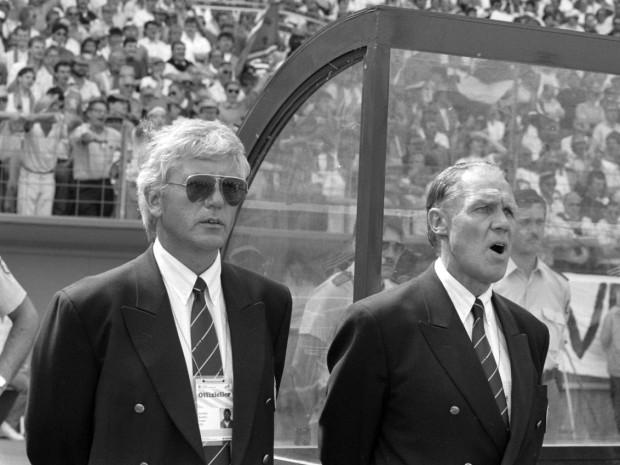 Rinus Michels canta el himno de su país junto a su ayudante Nol de Ruiter en un partido de la Eurocopa de 1988 (WIKIPEDIA).