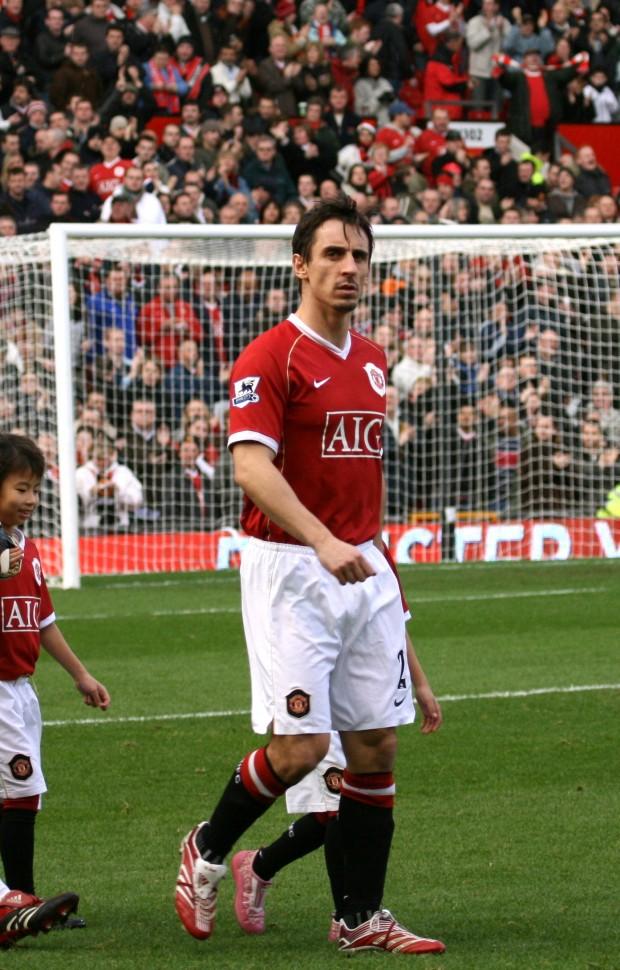 Neville, saltando al césped de Old Trafford (WIKIPEDIA)