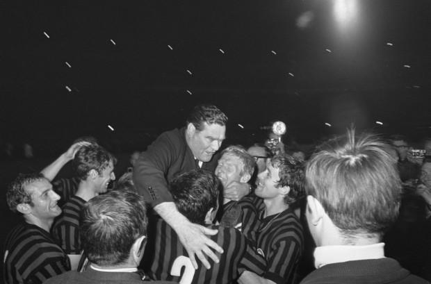Nereo Rocco, celebrando un título con el Milan en 1968 (WIKIPEDIA).