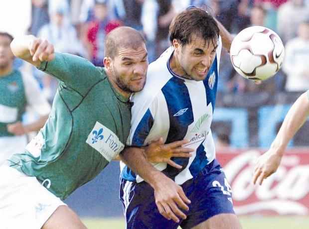 Canabal pelea un balón en un partido entre el Málaga y el Betis de la temporada 2003/2004 (Archivo 20minutos).