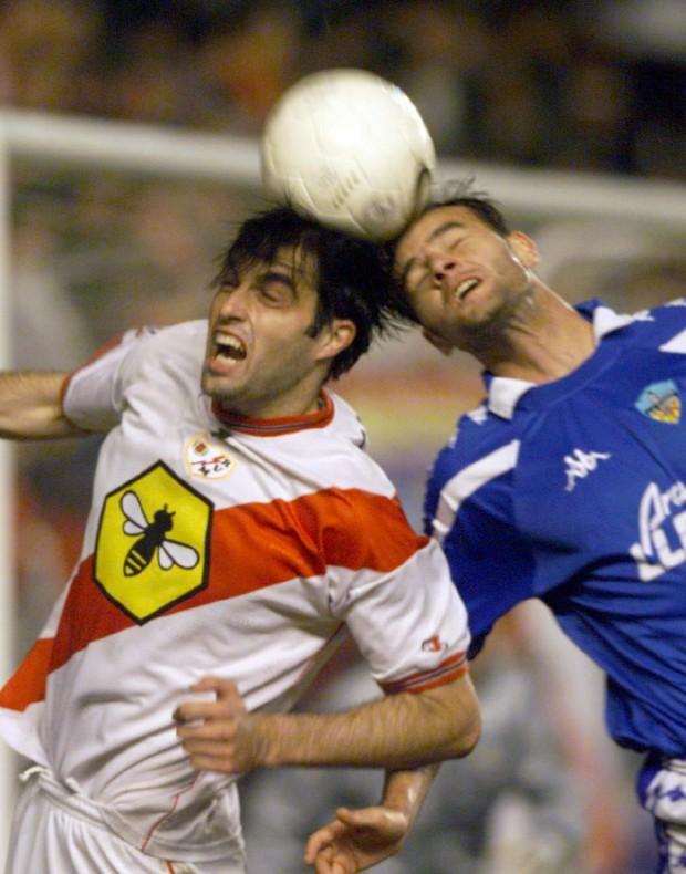 Canabal, peleando un balón por alto en la Copa del Rey de la 99/00 (Archivo 20minutos).