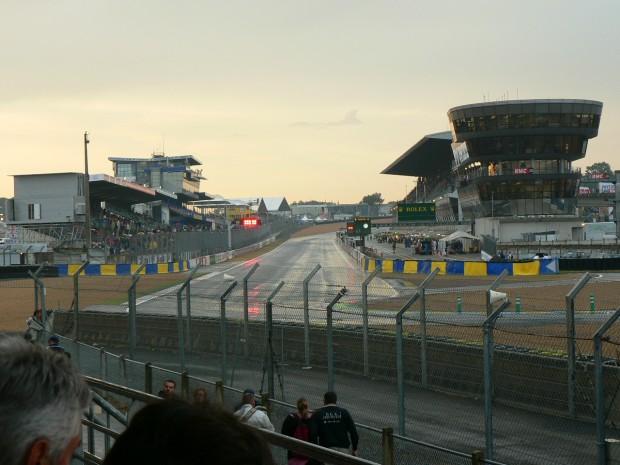 Vista de una de las rectas del circuito de la Sarthe (WIKIPEDIA).