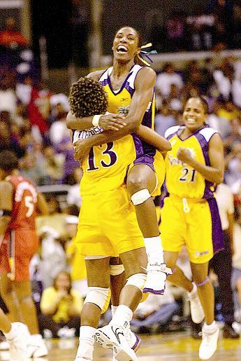 Leslie, siendo felicitada tras conseguir su primer mate la noche del 30 de julio de 2002 en Los Ángeles (Archivo 20minutos).
