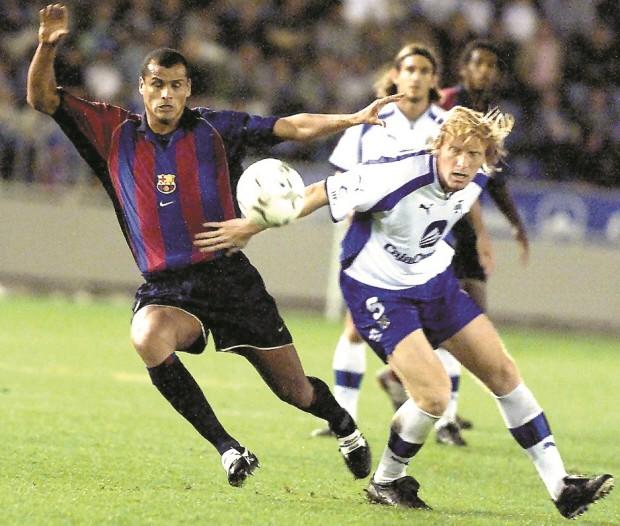 Lussenhoff, peleando un balón con Rivaldo en un Tenerife-Barça de Liga en 2002 (Archivo 20minutos).