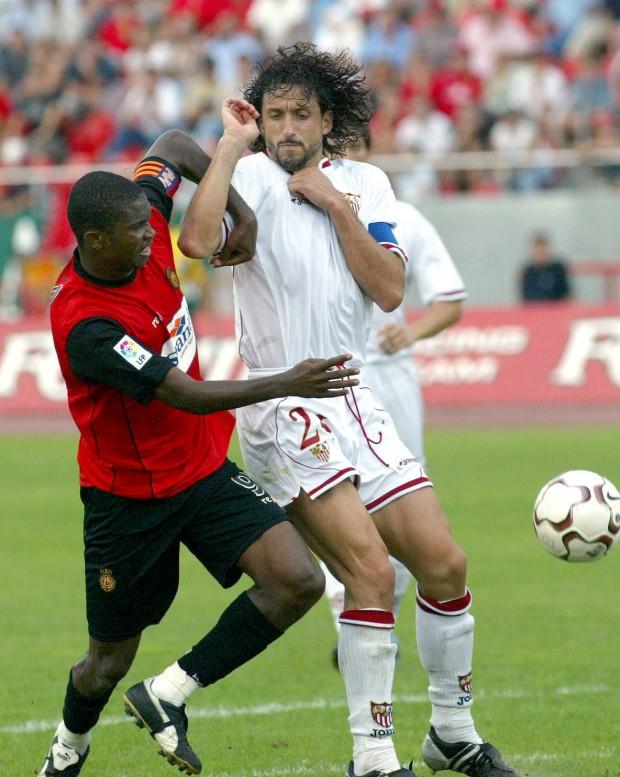 Pablo Alfaro, capitán del Sevilla, trata de evitar que avance Samuel Eto'o, capitán del Mallorca, en un partido de Liga disputado en Palma en septiembre de 2003 (Archivo 20minutos).