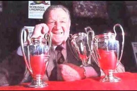 El técnico inglés, con tres réplicas de la Copa de Europa (YOUTUBE).