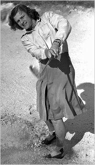 Babe Zaharias, jugando al golf en 1947 (WIKIPEDIA).