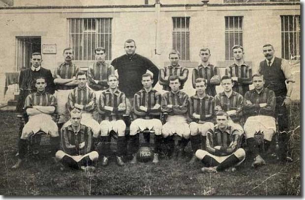 Foulke, de oscuro, posa con el Bradford en la temporada 1906/1907 (WIKIPEDIA).