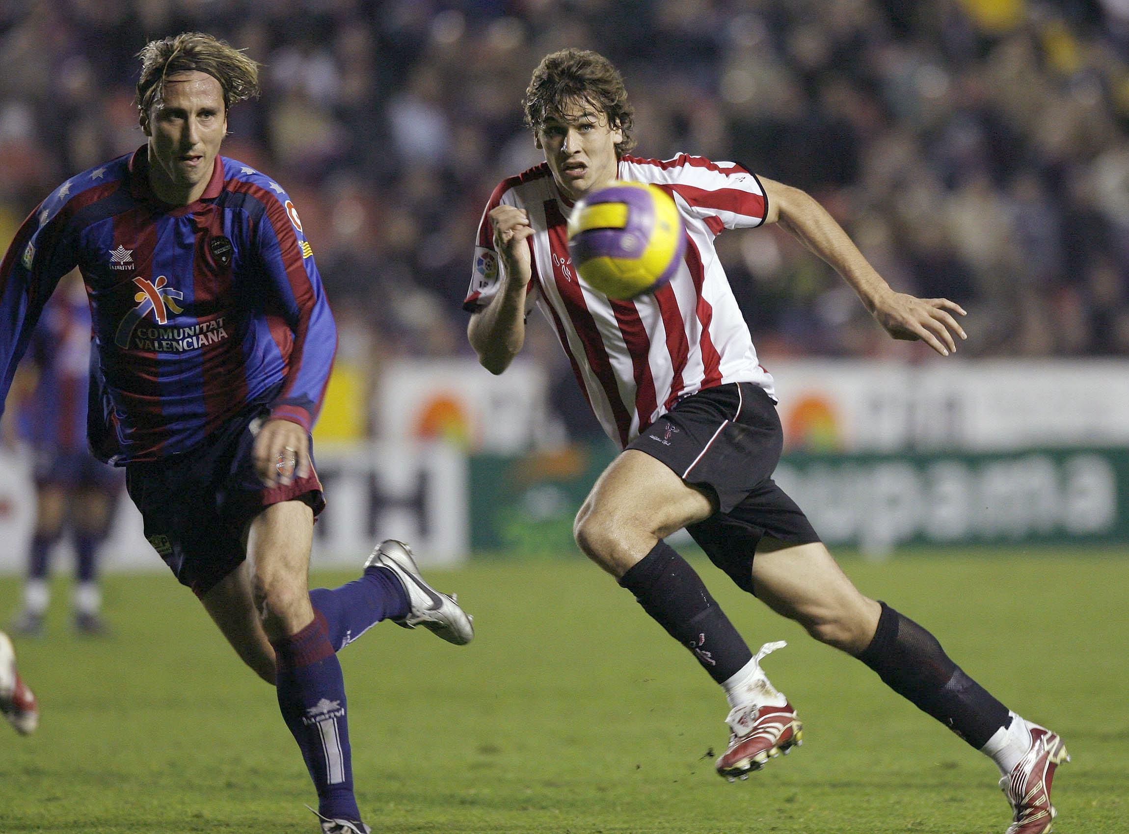 Déhu se las ve con un joven Fernando Llorente en un partido de Liga en enero de 2007 en Valencia (Archivo 20minutos).