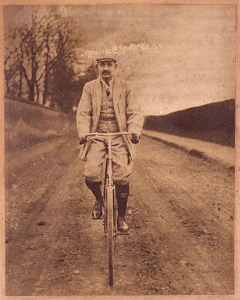El marajá 'Ranji', en bicicleta, en una foto datada a finales de la década de 1890 (WIKIPEDIA).