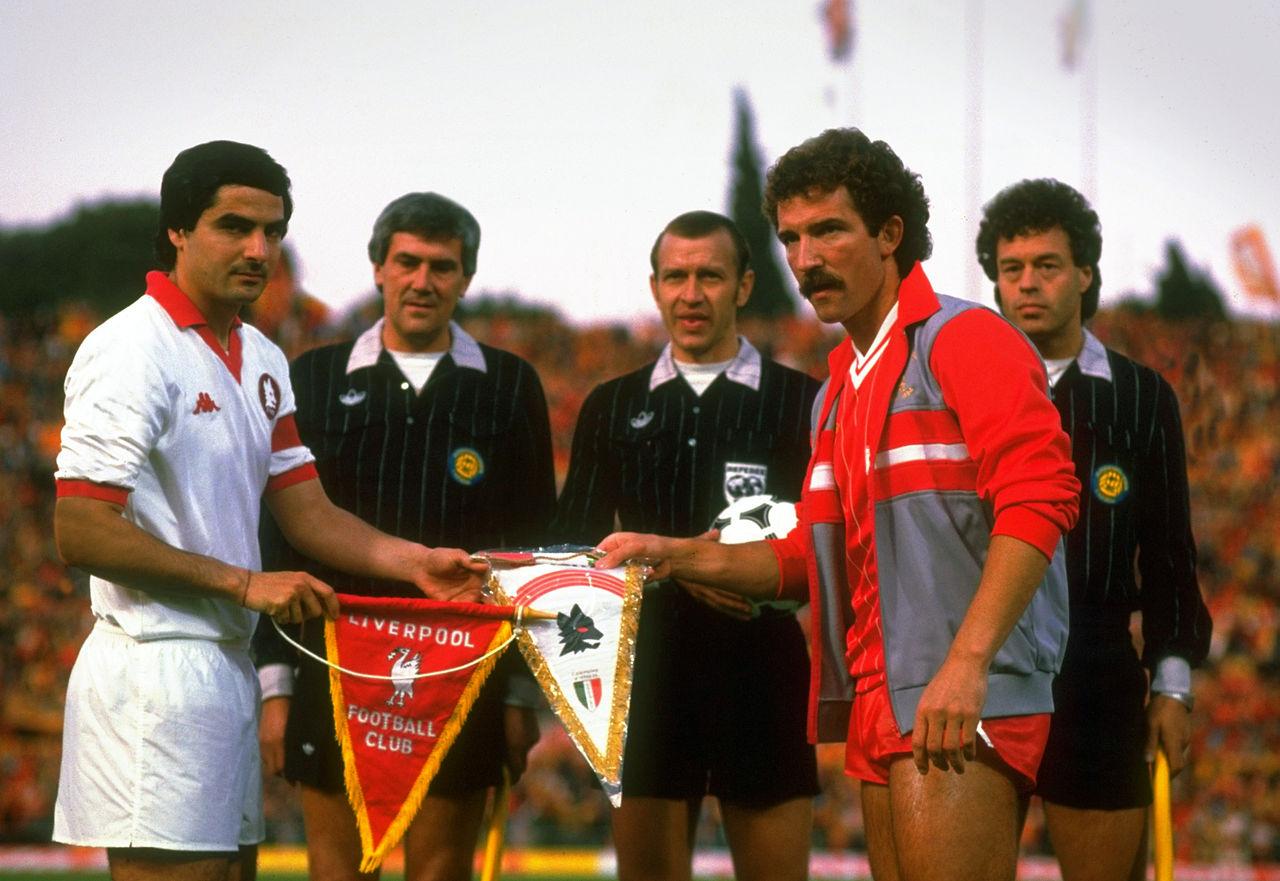 Di Agostini y Sounessm capitanes de Roma y Liverpool, intercambian banderines antes de la final de 1984 (WIKIPEDIA).