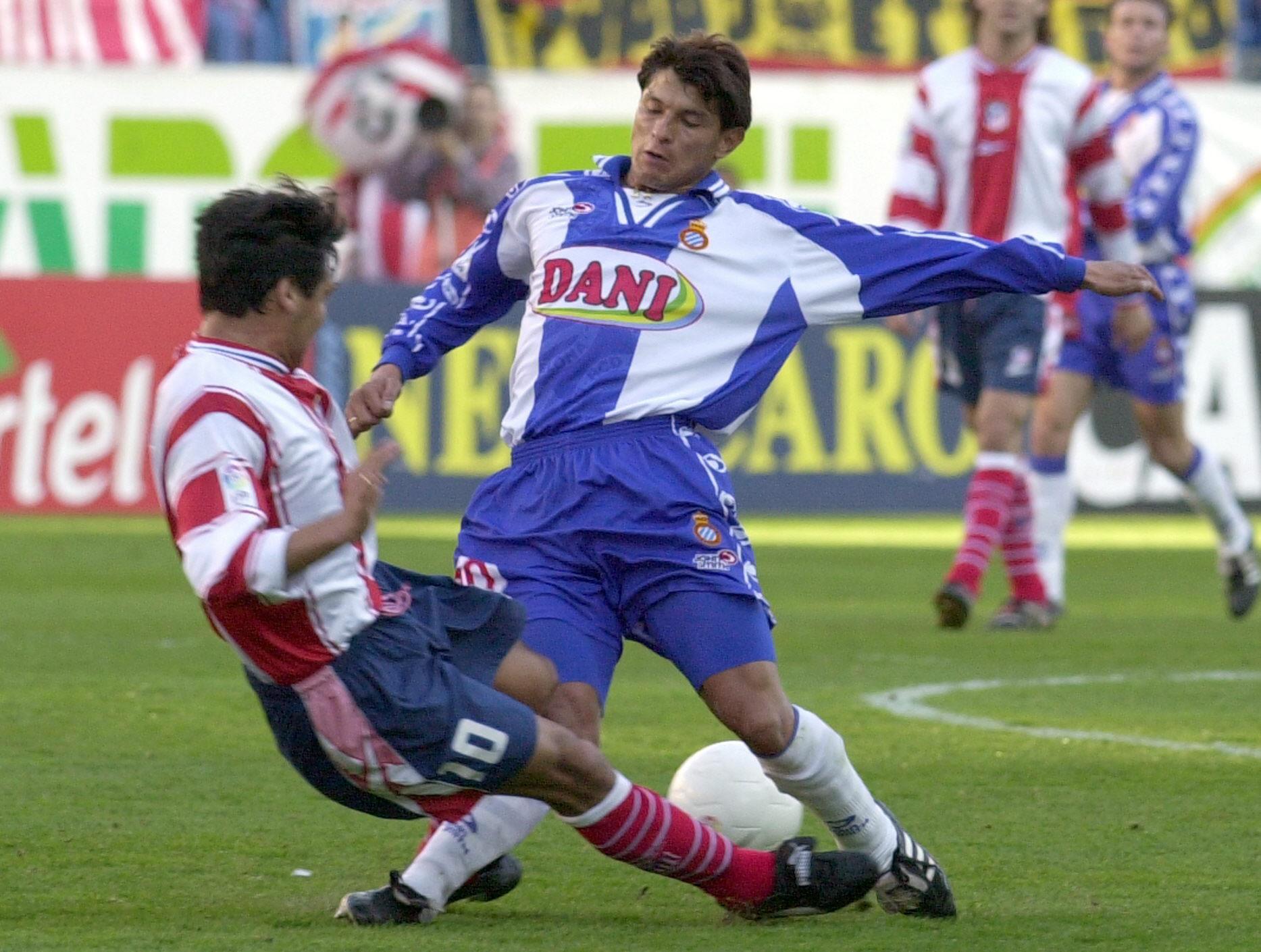 Benítez, con la camiseta del Espanyol, se enfrenta a su exequipo, el Atleti, y a su compatriota Celso Ayala, en un partido de Liga de la temporada 99-2000 (Archivo 20minutos).